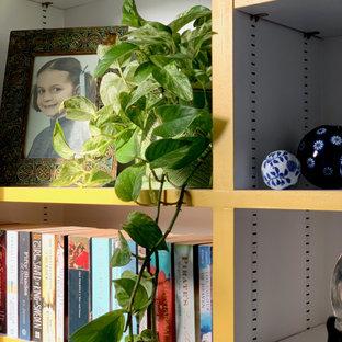 Esempio di un grande soggiorno chic chiuso con pareti bianche, pavimento in legno massello medio, camino lineare Ribbon, TV autoportante e pavimento marrone