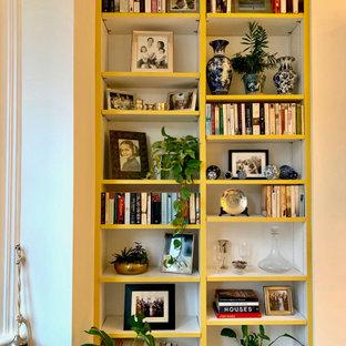 Idee per un grande soggiorno classico chiuso con pareti bianche, pavimento in legno massello medio, camino lineare Ribbon, TV autoportante e pavimento marrone