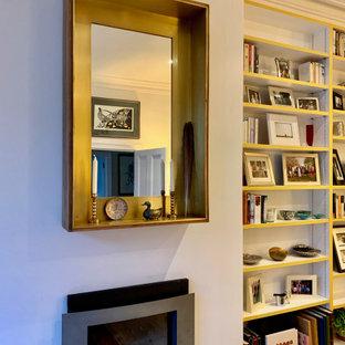 Ispirazione per un grande soggiorno chic chiuso con pareti bianche, pavimento in legno massello medio, camino lineare Ribbon, TV autoportante e pavimento marrone