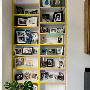 Idee per un grande soggiorno tradizionale chiuso con pareti bianche, pavimento in legno massello medio, camino lineare Ribbon, TV autoportante e pavimento marrone