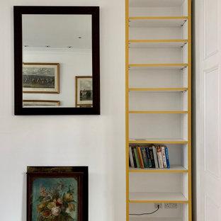 Immagine di un grande soggiorno chic chiuso con pareti bianche, pavimento in legno massello medio, camino lineare Ribbon, TV autoportante e pavimento marrone