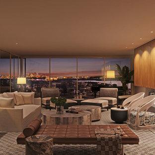 Modelo de salón con barra de bar abierto, moderno, extra grande, con paredes marrones, suelo de baldosas de cerámica, marco de chimenea de piedra, pared multimedia y chimenea lineal