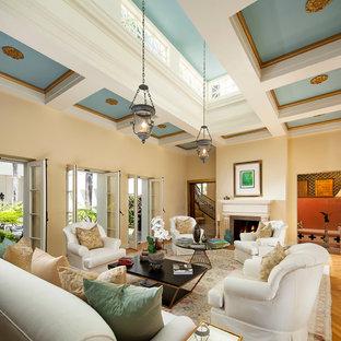 Inspiration för ett mellanstort vintage allrum med öppen planlösning, med beige väggar och ljust trägolv