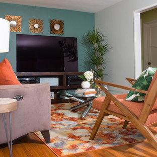 ロサンゼルスの小さいモダンスタイルのおしゃれな独立型リビング (青い壁、無垢フローリング、暖炉なし、据え置き型テレビ、オレンジの床) の写真