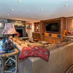 Idee per un soggiorno rustico con pareti bianche, pavimento in ardesia, camino classico, cornice del camino in pietra e TV a parete