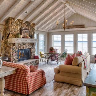 Foto de salón abierto, abovedado y madera, rural, madera, con suelo de madera en tonos medios, chimenea tradicional, suelo marrón y madera