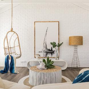 Ejemplo de salón abierto, marinero, de tamaño medio, sin chimenea, con paredes blancas, suelo de madera oscura y suelo marrón