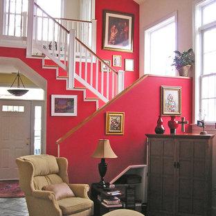 Idee per un soggiorno chic di medie dimensioni e chiuso con sala formale, pareti rosse, pavimento in ardesia, camino classico, cornice del camino in pietra, nessuna TV e pavimento grigio