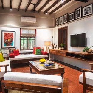 Idéer för att renovera ett orientaliskt vardagsrum, med vita väggar, en väggmonterad TV och rött golv