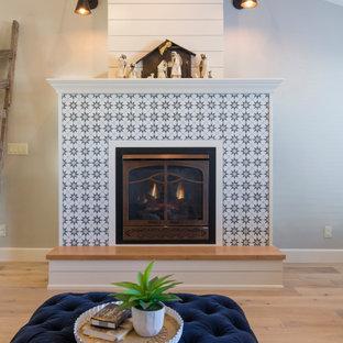 Repräsentatives, Fernseherloses Landhaus Wohnzimmer mit grauer Wandfarbe, Sperrholzboden, Kamin, gefliester Kaminumrandung und beigem Boden in Boise