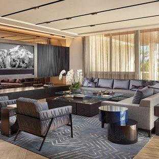 Diseño de salón para visitas abierto, contemporáneo, grande, con televisor colgado en la pared, paredes blancas, suelo de madera clara y suelo beige