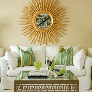 Ispirazione per un soggiorno design di medie dimensioni e aperto con sala formale, pareti beige, pavimento in legno massello medio, nessun camino e nessuna TV