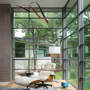 Foto de salón retro con suelo de madera clara y suelo beige