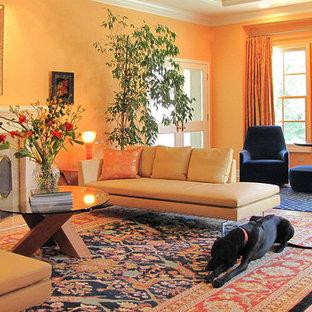 Imagen de salón para visitas contemporáneo con parades naranjas y chimenea tradicional