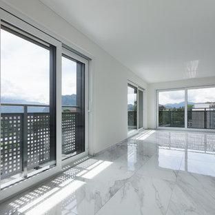 Mittelgroßes, Offenes Klassisches Wohnzimmer ohne Kamin mit weißer Wandfarbe und Marmorboden in San Francisco