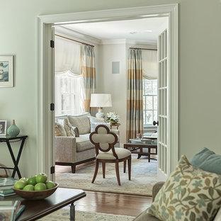 Imagen de salón abierto, tradicional renovado, grande, sin chimenea, con paredes beige y suelo de madera en tonos medios