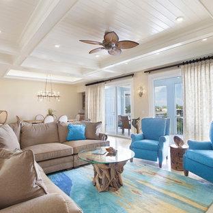 マイアミの中くらいのトロピカルスタイルのおしゃれなLDK (暖炉なし、ベージュの壁、ベージュの床) の写真