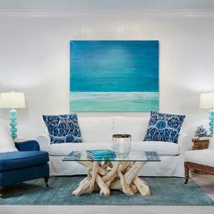 Großes, Repräsentatives, Fernseherloses, Offenes Maritimes Wohnzimmer ohne Kamin mit weißer Wandfarbe, Porzellan-Bodenfliesen und braunem Boden in Miami