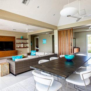 他の地域の広いビーチスタイルのおしゃれなLDK (ベージュの壁、セラミックタイルの床、据え置き型テレビ、白い床) の写真