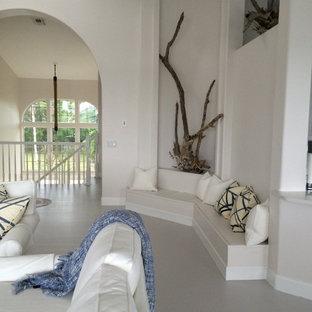 マイアミの大きいビーチスタイルのおしゃれなLDK (塗装フローリング、白い壁、暖炉なし、壁掛け型テレビ) の写真