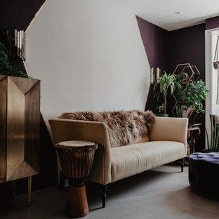 Idee per un soggiorno moderno di medie dimensioni e aperto con pareti viola, pavimento in sughero e pavimento multicolore