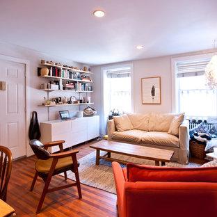 Modelo de salón ecléctico, de tamaño medio, con paredes blancas y suelo de madera en tonos medios