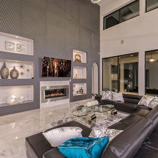 オースティンの巨大なコンテンポラリースタイルのおしゃれなLDK (グレーの壁、大理石の床、横長型暖炉、金属の暖炉まわり、壁掛け型テレビ) の写真