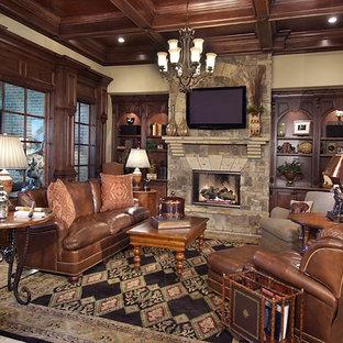 Foto di un grande soggiorno classico aperto con sala formale, pareti beige, camino classico, cornice del camino in pietra, TV a parete, pavimento in travertino e pavimento marrone