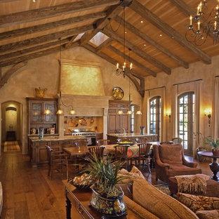 Diseño de salón abierto, mediterráneo, con paredes marrones y suelo de madera en tonos medios