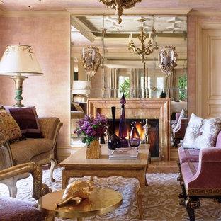 Esempio di un soggiorno tradizionale con sala formale, pareti rosa, camino classico e nessuna TV