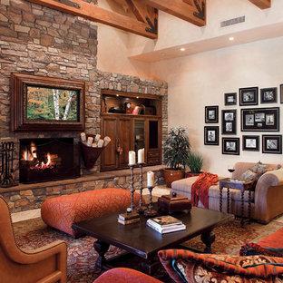 ダラスのトラディショナルスタイルのおしゃれな独立型リビング (フォーマル、ベージュの壁、トラバーチンの床、石材の暖炉まわり) の写真