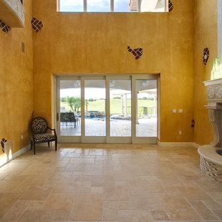 Idee per un grande soggiorno classico con pavimento in travertino