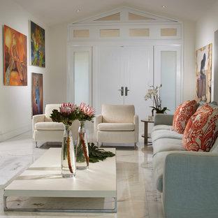 Repräsentatives, Mittelgroßes, Offenes Modernes Wohnzimmer mit weißer Wandfarbe, Marmorboden, Wand-TV und buntem Boden in Miami