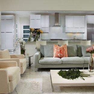 Idéer för ett mellanstort modernt allrum med öppen planlösning, med vita väggar, marmorgolv, en väggmonterad TV och flerfärgat golv