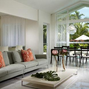 Cette image montre un grand salon design ouvert avec un mur blanc, un sol en marbre, un téléviseur encastré et un sol multicolore.