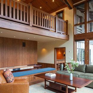 Exempel på ett mycket stort rustikt vardagsrum, med mellanmörkt trägolv