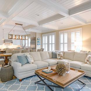 Esempio di un soggiorno costiero aperto con pareti beige e parquet chiaro