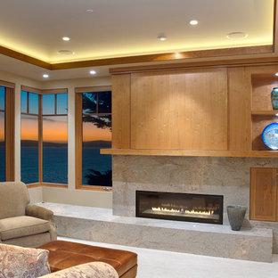Diseño de salón para visitas cerrado, contemporáneo, de tamaño medio, sin televisor, con paredes beige, chimenea lineal, suelo de baldosas de porcelana, marco de chimenea de piedra y suelo gris
