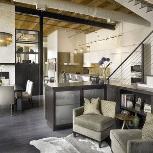 Esempio di un soggiorno industriale aperto con pareti bianche e pavimento grigio