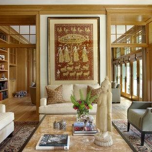 Imagen de salón cerrado, ecléctico, con suelo de madera en tonos medios