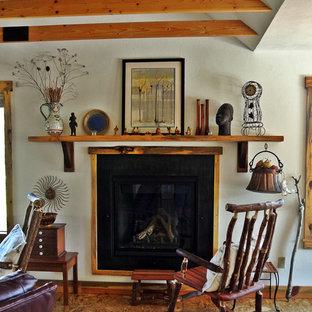 アルバカーキのエクレクティックスタイルのおしゃれなリビング (合板フローリング、標準型暖炉) の写真