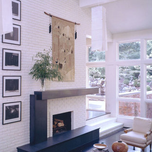 Ispirazione per un soggiorno minimal aperto con sala formale, pareti bianche, camino classico e cornice del camino in pietra