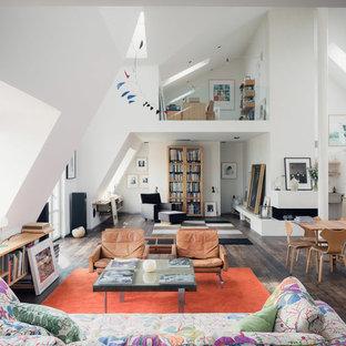 Idee per un ampio soggiorno nordico aperto con pareti bianche, parquet scuro e nessun camino