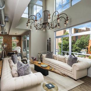 Foto di un soggiorno industriale stile loft con pareti beige e nessuna TV