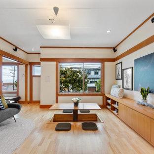 Imagen de salón abierto y madera, asiático, pequeño, madera, con paredes blancas, suelo de madera clara, suelo beige y madera