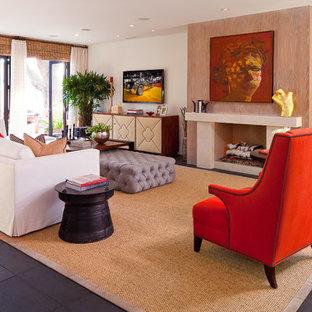 Mittelgroßes, Offenes Eklektisches Wohnzimmer mit Kamin, Wand-TV, Schieferboden, weißer Wandfarbe, Kaminsims aus Stein und schwarzem Boden in Orange County