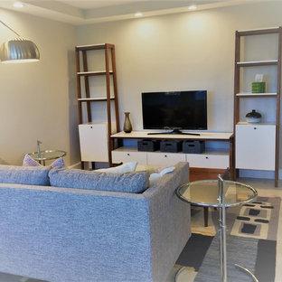 マイアミの中サイズのミッドセンチュリースタイルのおしゃれなLDK (フォーマル、白い壁、磁器タイルの床、据え置き型テレビ、白い床) の写真