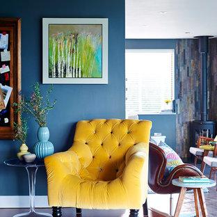 Bild på ett funkis allrum med öppen planlösning, med blå väggar