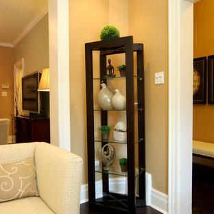 Immagine di un soggiorno contemporaneo di medie dimensioni e chiuso con pareti beige e parquet scuro