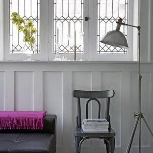Diseño de salón actual con paredes blancas